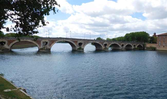 Pont Nuef bridge, built in the 16th century over the Garonne River.