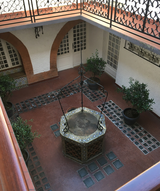The quiet courtyard of Hotel Wilson.
